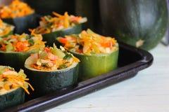 Zucchini faszerujący z warzywa naczyniem zdjęcia royalty free