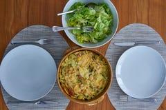 Zucchini Flan Słuzyć Na Drewnianym stole Ubierającym Z Sałatkowym pucharem a obrazy royalty free