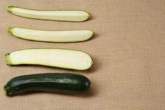 Zucchini fresco che si trova su una superficie della tela di sacco fotografia stock libera da diritti