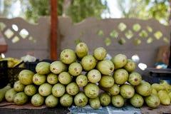 zucchini Frisches organisches Gemüse im Verkauf am lokalen Landwirtsommermarkt draußen Gesundes Lebensmittelkonzept lizenzfreies stockfoto