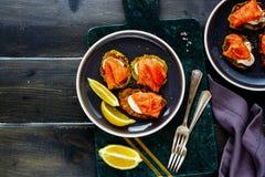 Zucchini fritters z łososiem obraz stock