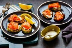 Zucchini fritters z łososiem fotografia royalty free