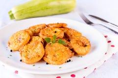 Zucchini fritto sul piatto fotografie stock