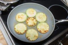 Zucchini fritto sulla pentola coocing Fotografia Stock