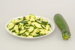 Zucchini ganz und gehackt Stockfoto