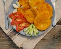 Zucchini gebraten Auf einer Servierplatte Mit Gemüse rustic Lizenzfreie Stockbilder