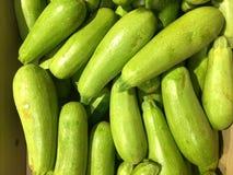 zucchini gemüse Fragment von einem Obst- und Gemüse Shop Stockfotografie