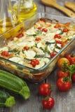 Zucchini i al forno con il pollo, i pomodori ciliegia e le erbe Fotografia Stock Libera da Diritti