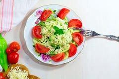 Zucchini kluski z serem na białym drewnianym stole obrazy stock