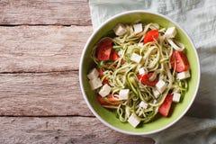 Zucchini makaron z feta serem i pomidoru horyzontalnym odgórnym widokiem zdjęcia stock