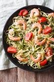 Zucchini makaron z krewetkowym i pomidorowym zakończeniem vertical wierzchołek rywalizuje fotografia stock