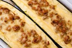 Zucchini med kryddig köttstoppning Arkivfoton