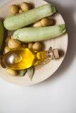 Zucchini mit Öl Stockfotos