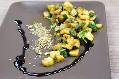 Zucchini mit aromatischem Essig und Gewürzen Stockfotografie