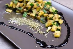 Zucchini mit aromatischem Essig und Gewürzen Stockfotos