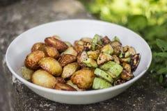 Zucchini orcourgettes und Babykartoffelfischrogen lizenzfreie stockbilder