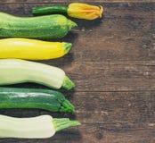Zucchini organico fresco sulla tavola di legno Fotografie Stock Libere da Diritti