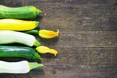 Zucchini organico fresco sulla tavola di legno Immagine Stock Libera da Diritti