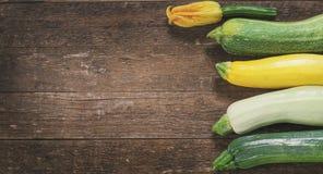 Zucchini organico fresco sulla tavola di legno Fotografia Stock Libera da Diritti