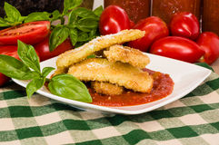 Zucchini Parmezański gość restauracji z basilem fotografia stock