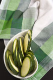 Zucchini pokrajać †‹â€ ‹na Zielonym Szkockim szkockiej kraty tablecloth Fotografia Royalty Free