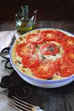 Zucchini pomidorów gratin z bechamel serem i kumberlandem Zdjęcia Royalty Free