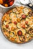 Zucchini, pomidory i serowy tarta, Obrazy Stock