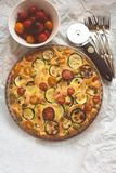 Zucchini, pomidory i serowy tarta, Zdjęcia Stock