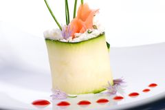 Zucchini-Rolle mit geräucherten Lachsen Stockfoto