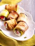 Zucchini rollt mit Käse-, Dill- und Tomatenfüllung lizenzfreies stockfoto