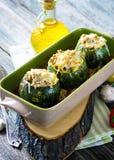 Zucchini rotondo farcito con carne e la mozzarella Fotografia Stock