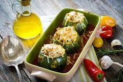 Zucchini rotondo farcito con carne e la mozzarella Fotografie Stock