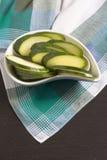Zucchini schnitt †‹â€ ‹auf grüner schottischer Plaidtischdecke Stockbilder
