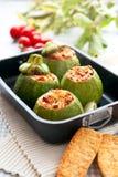 Zucchini som är välfylld med den körsbärsröda tomaten Arkivfoto