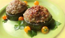 Zucchini som är välfylld med köttfärs och ris Arkivbilder