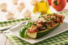 Zucchini som är välfylld med köttfärs, ost och champinjonen Bakat i ugn royaltyfri fotografi