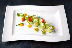 Zucchini som är välfylld med ostmassaost och skaldjur italiensk restaurang meny royaltyfria bilder