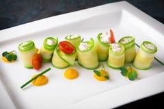 Zucchini som är välfylld med ostmassaost och skaldjur italiensk restaurang meny arkivbild