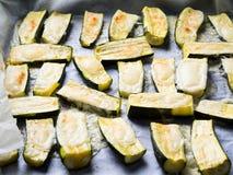 Zucchini som bakas med örter och ost Fotografering för Bildbyråer
