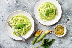 Zucchini spaghetti z basilem Jarski jarzynowy niski carb makaron Zucchini zoodles lub kluski obraz stock