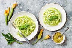 Zucchini spaghetti z basilem Jarski jarzynowy niski carb makaron Zucchini zoodles lub kluski fotografia stock
