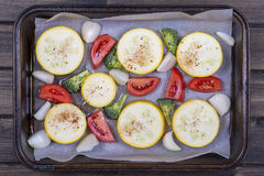 Zucchini, Tomaten, Brokkoli und Zwiebel bereiteten sich auf Backbleche für das Backen im Ofen vor Beschneidungspfad eingeschlosse Stockfotos