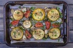 Zucchini, Tomaten, Brokkoli, Zwiebel und Petersilie backten im Ofen Beschneidungspfad eingeschlossen Stockbilder