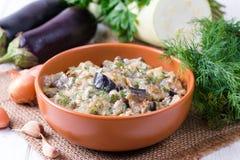 Zucchini und Auberginen im Sauerrahm lizenzfreies stockfoto