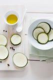 Zucchini und Olivenöl Stockfotografie