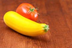 Zucchini und Tomate Stockfotografie