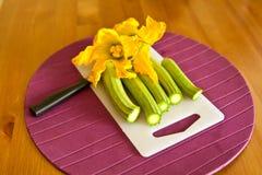 Zucchini verde con i fiori Fotografia Stock Libera da Diritti