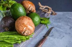 Zucchiniavocadozucchini ein Haas Kalifornien und grüne Avocado mit königlichen grünen Bohnen Portobello-Pilze liegen auf einem Ho lizenzfreie stockfotografie