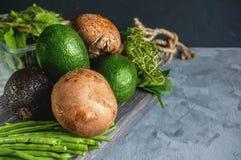 Zucchiniavocadozucchini ein Haas Kalifornien und grüne Avocado mit königlichen grünen Bohnen Portobello-Pilze liegen auf einem Ho lizenzfreie stockfotos