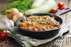 Zucchinier som bakas med tomaten och ost Royaltyfri Fotografi